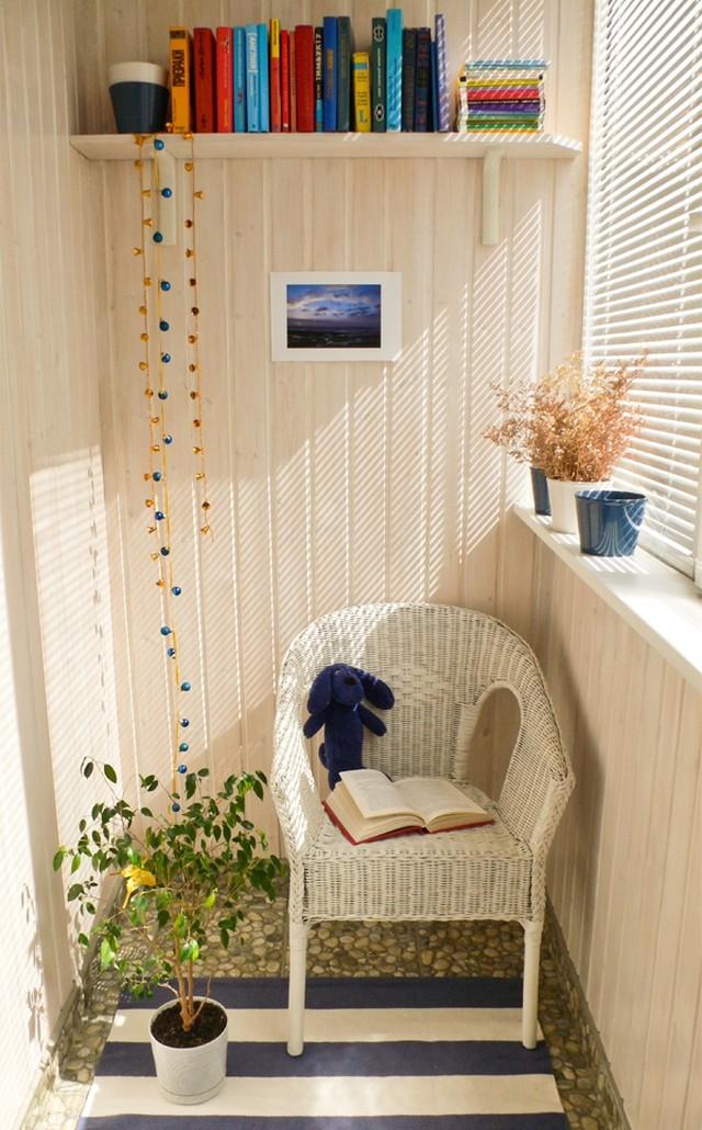 14. Куда бы вы ни поставили книжную полку — она везде создаст ощущение уюта и тепла.