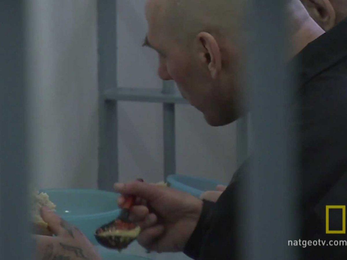 Осужденные едят прямо в камерах.