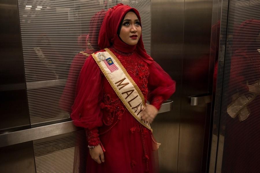 12. Нур Хаирунниса из Малайзии едет в лифте перед началом церемонии.