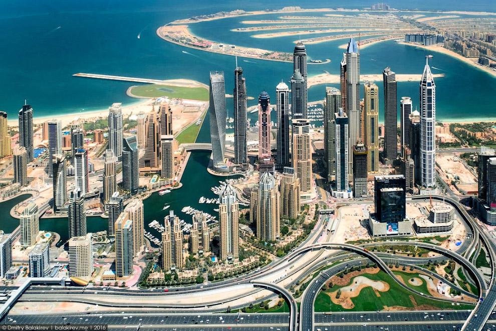 10. Подлетаем к Пальме Джумейре — самому оригинальному насыпному острову Дубая. Видите недострои в с