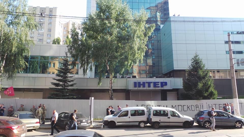 Блокирующие «Интер» активисты утверждают, что поджог совершили работники канала