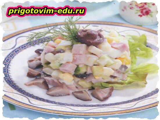 Картофельный салат с ветчиной и солеными грибами