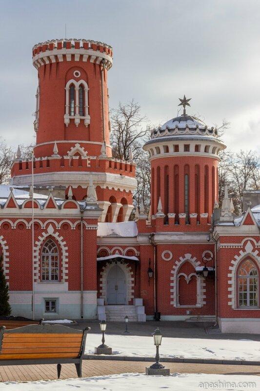 Правый флигель, Петровский путвой дворец