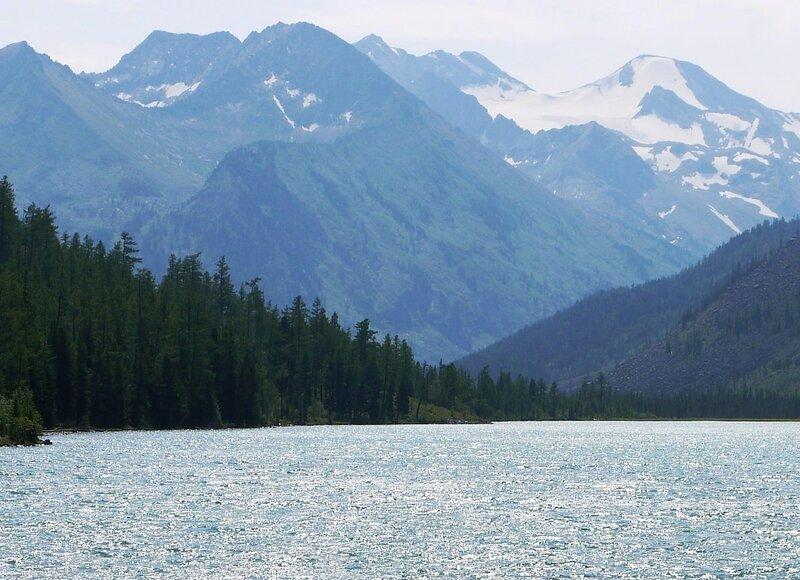 У снежных вершин. На реке. В горном Алтае.jpg