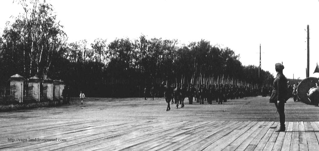 Парад на Соборной пл 1919 1100 вз.jpg