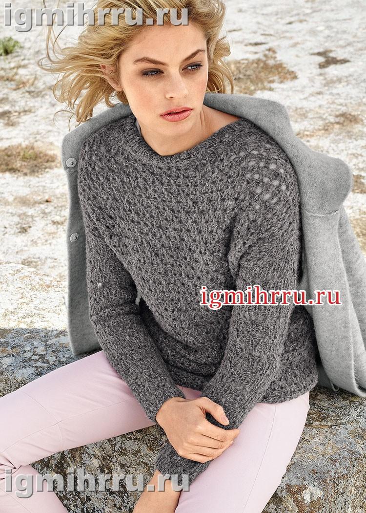Темно-серый пуловер с узором в сетку. Вязание спицами