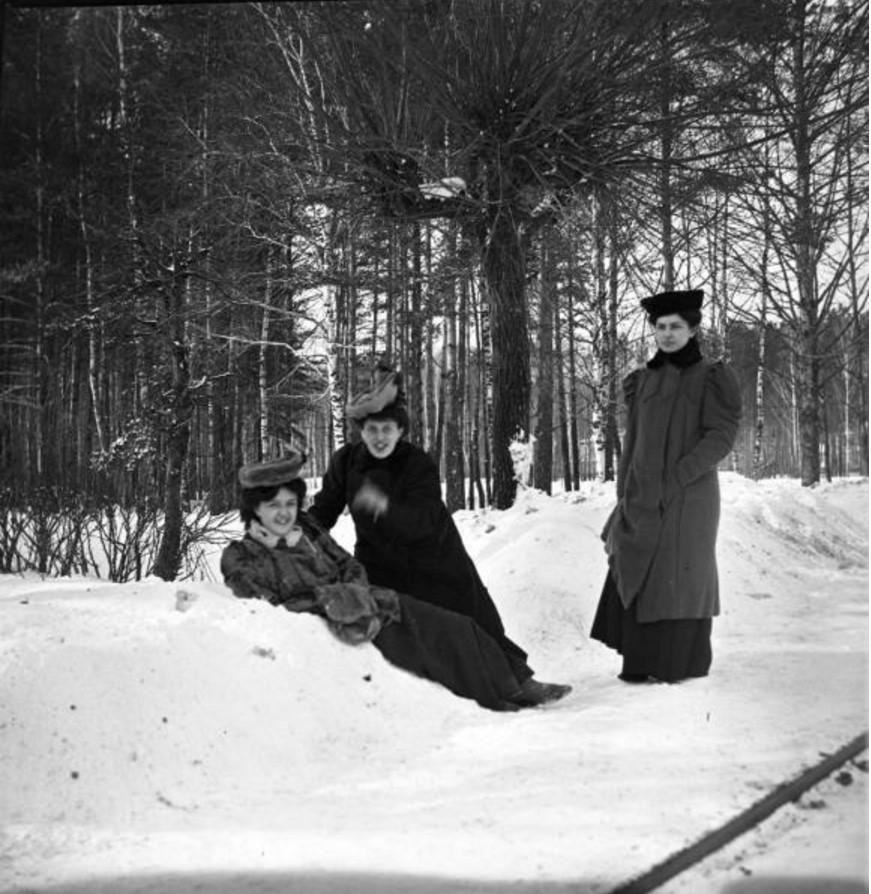 Прогулка в Петровско-Разумовское. «Густя лежит на снегу. Около нее Тина и Клара»