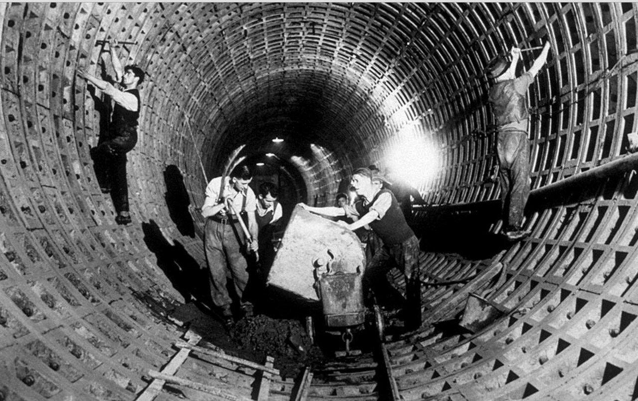 1941. Рабочие обустраивают  туннели под бомбоубежища