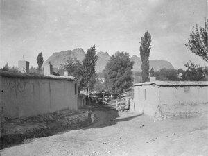 Улица города с видом на Сулайман-Тоо, священную гору