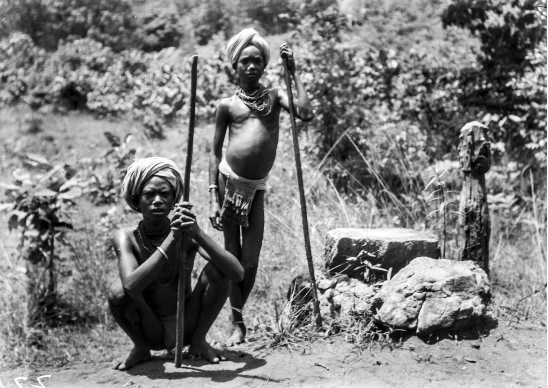 775. Орисса. Мальчики у каменного алтаря на обочине дороги