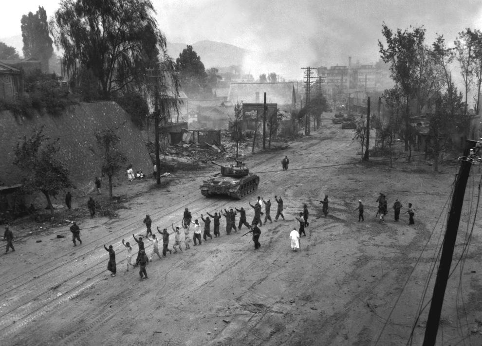 Американский танк сопровождает по деревенской дороге шеренгу заключенных, 26 сентября 1950 года. (U.S. Department of DefenseU.S. Marine CorpsS. Sgt. John Babyak, Jr.).jpg