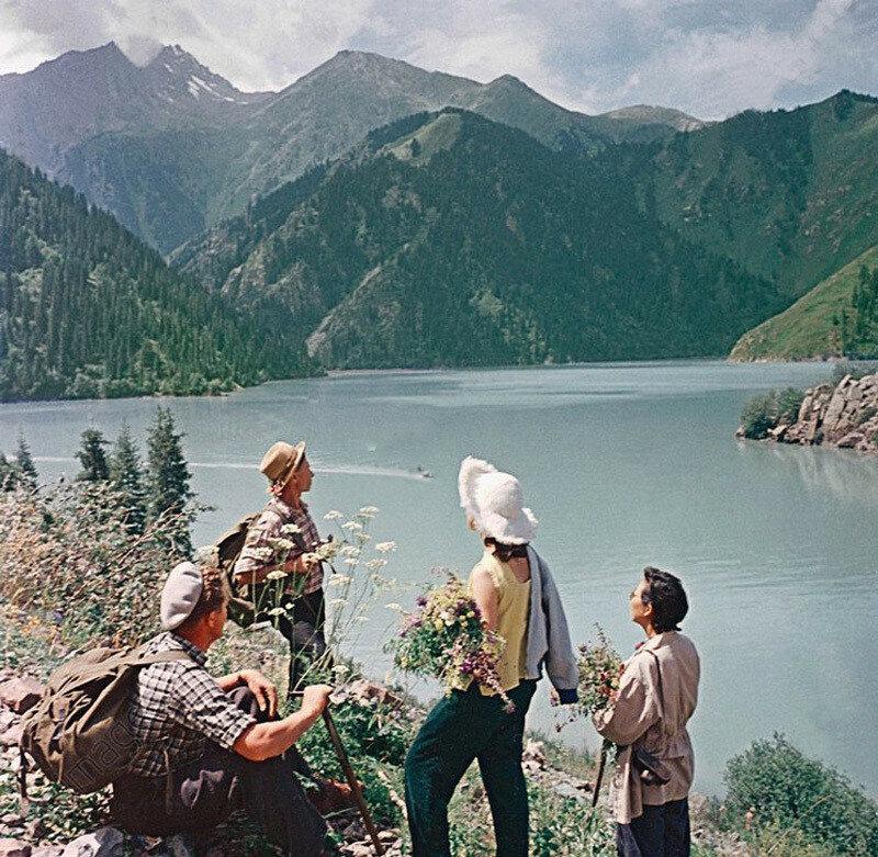 На озере Иссык-Куль, 1959