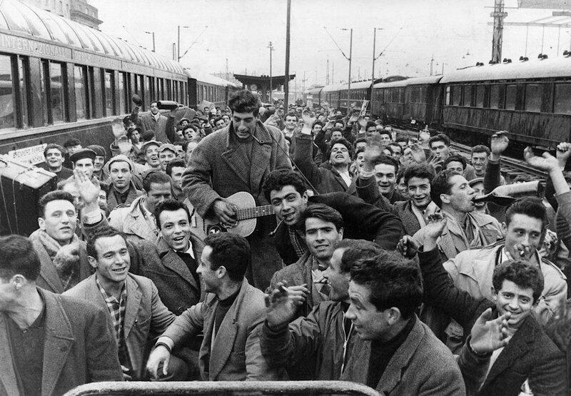 """Arrivo di un treno di """"Gastarbeiter"""" (i lavoratori """"ospiti"""" in Germania) alla stazione centrale di Monaco anni '60, © SZ Photo"""