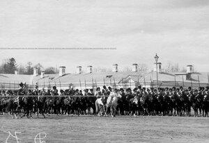 Император Николай II в сопровождении свиты объезжает фронт полка во время парада полка.