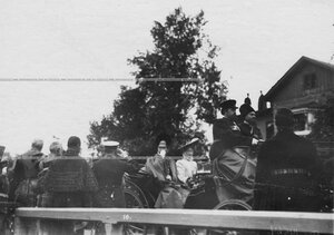 Отбытие императора Николая II  и императрицы Александры Федоровны после парада конногренадерцев по случаю 250-летнего юбилея Конно-гренадерского полка .