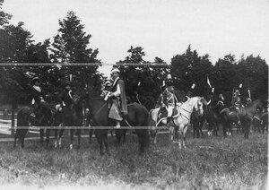 Группа конных офицеров полка в исторических формах на праздновании 250-летнего юбилея Конно-гренадерского полка .