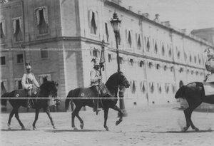 Кирасир на параде с полковым штандартом в день празднования 200-летия полка.