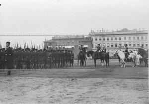 Солдаты 3-го стрелкового полка во время парада на Марсовом поле проходят мимо императора Николая II.
