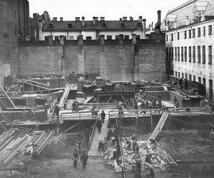 Работа по разборке старого здания Петербургской конторы Московского купеческого банка.