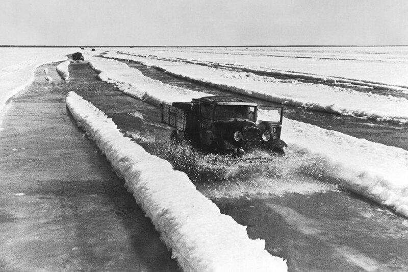 Машины с продовольствием идут в Ленинград по подтаявшему льду Ладожского озера