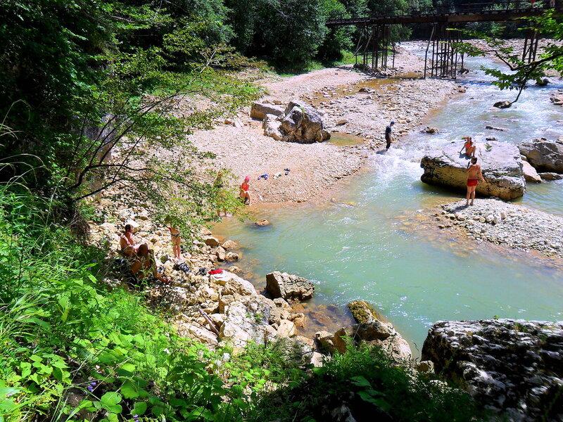 Лето, у воды бегущей
