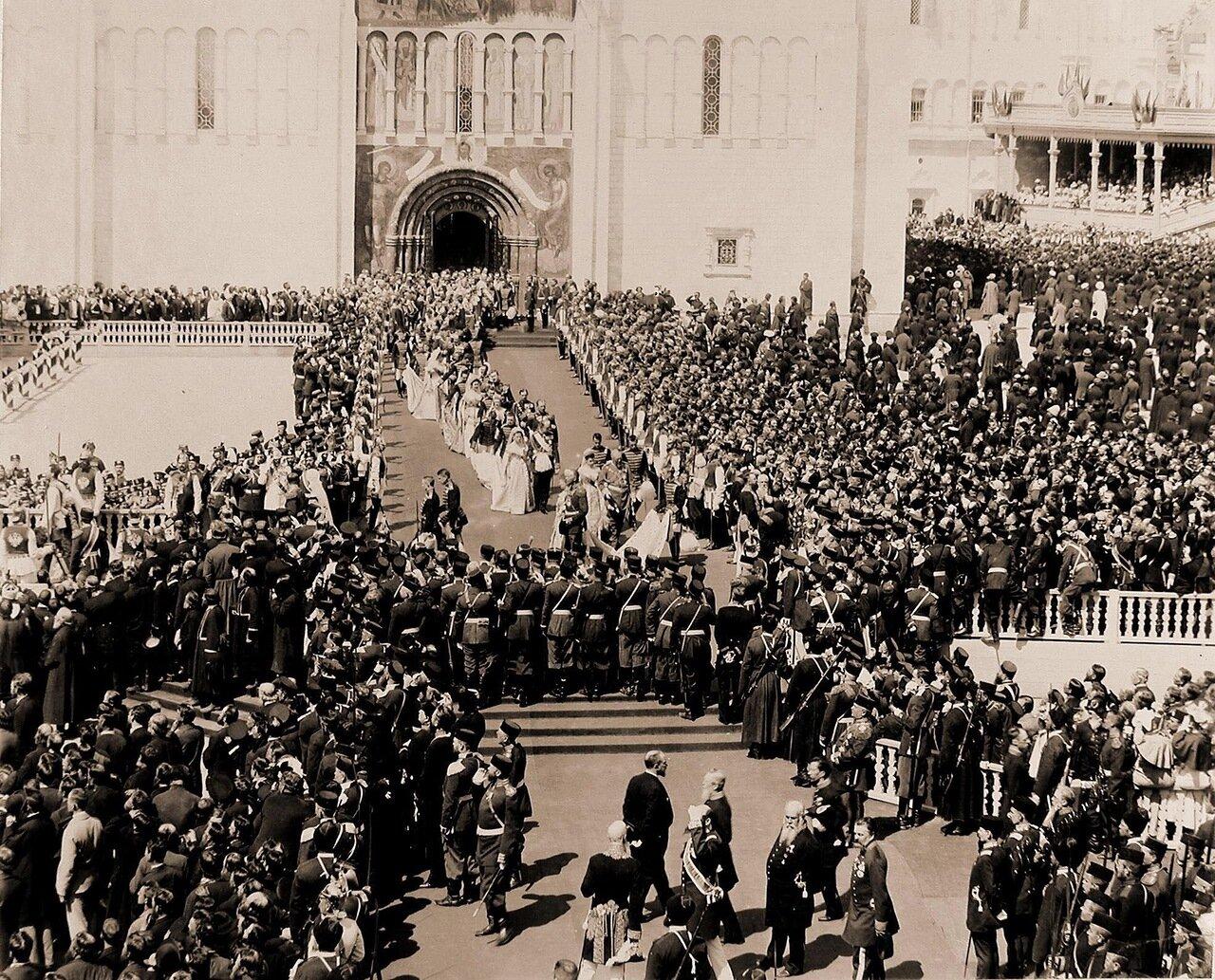 Представители иностранных делегаций выходят из южных дверей Успенского собора на Соборную площадь Кремля по окончании церемонии торжественной коронации; справа от собора и на первом плане - волостные старшины губерний