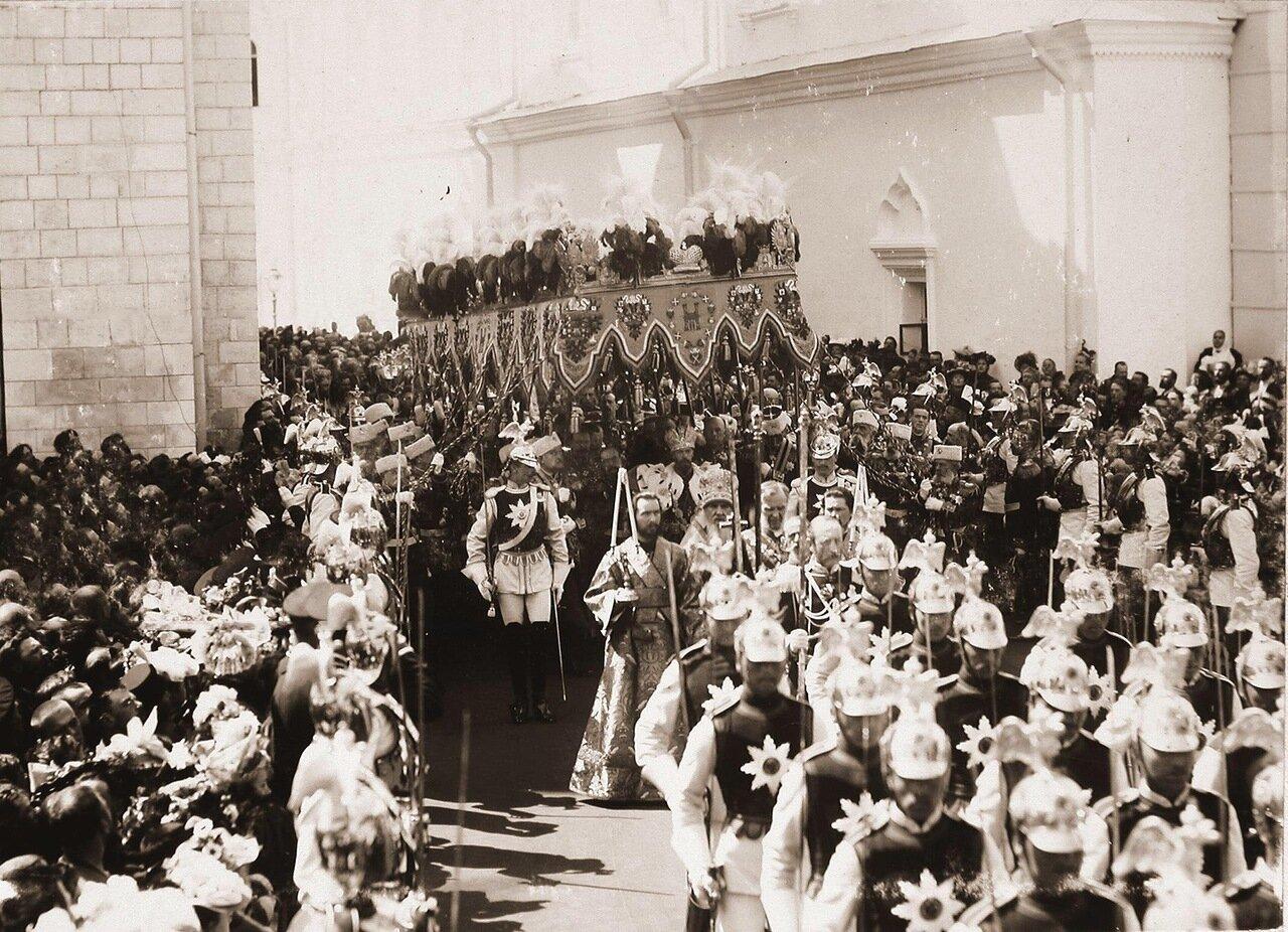 Торжественное шествие императора Николая II (под балдахином) в сопровождении свиты по окончании церемонии коронации в Успенском соборе Кремля; на первом плане - взвод лейб-гвардии Кавалергардского полка