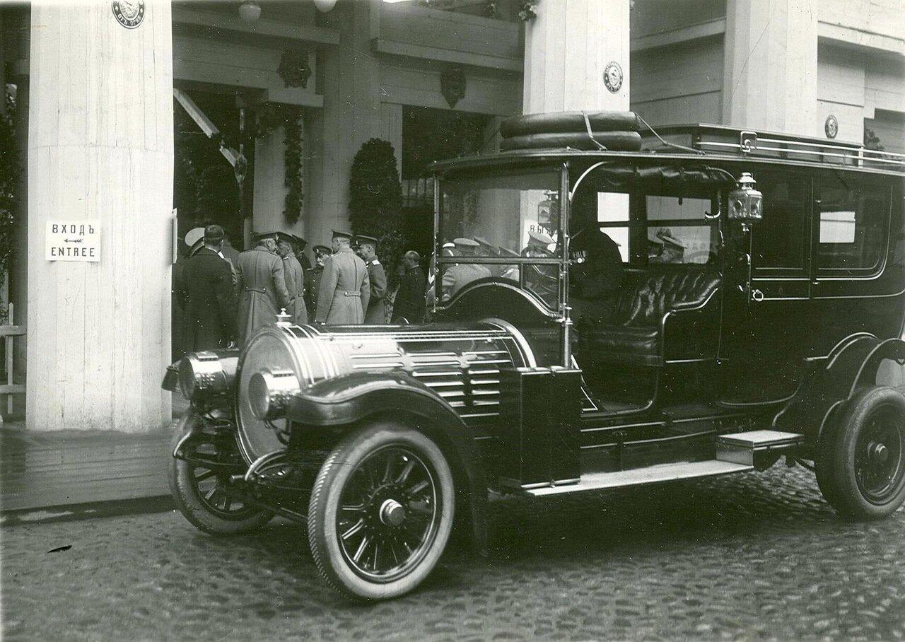 04. Вид входа на выставку и  автомобиль императора Николая II