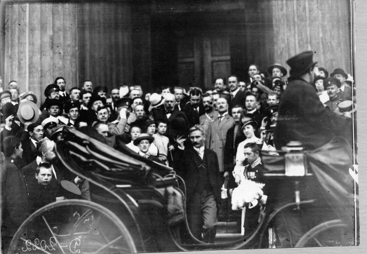 41. Группа офицеров и буржуазии приветствует Сербского посланника по случаю объявлении войны Германии