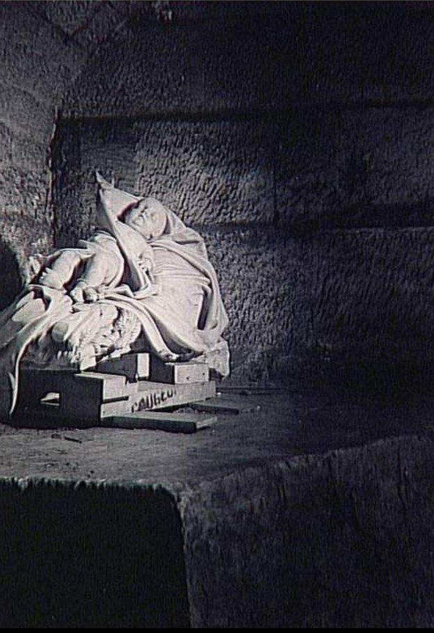 1945. Скульптура ребенка в подвалах Сен-Сюльпис во время войны