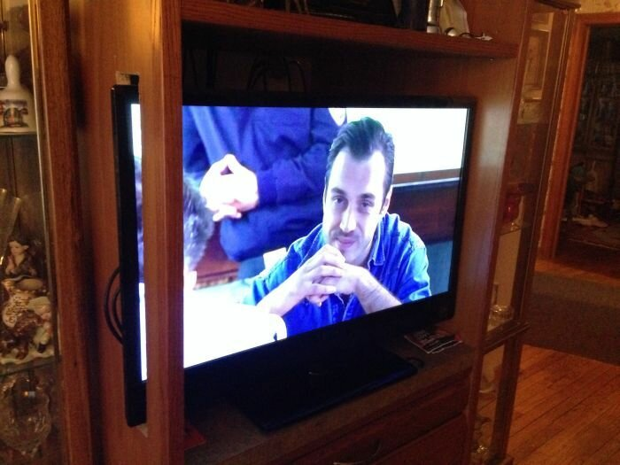 Подарил родителям новый телевизор...(2 фото)