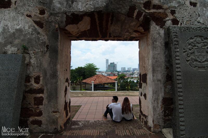 Надгробные камни и вид с порта Сантьяго.