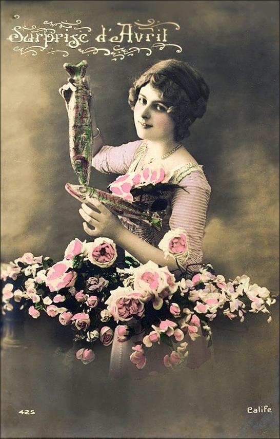 1 апреля. Дама с двумя рыбками среди цветов