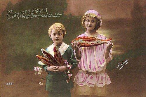 1 апреля. Дети с рыбой открытка поздравление картинка