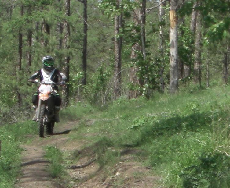 Мотоциклист насклоне