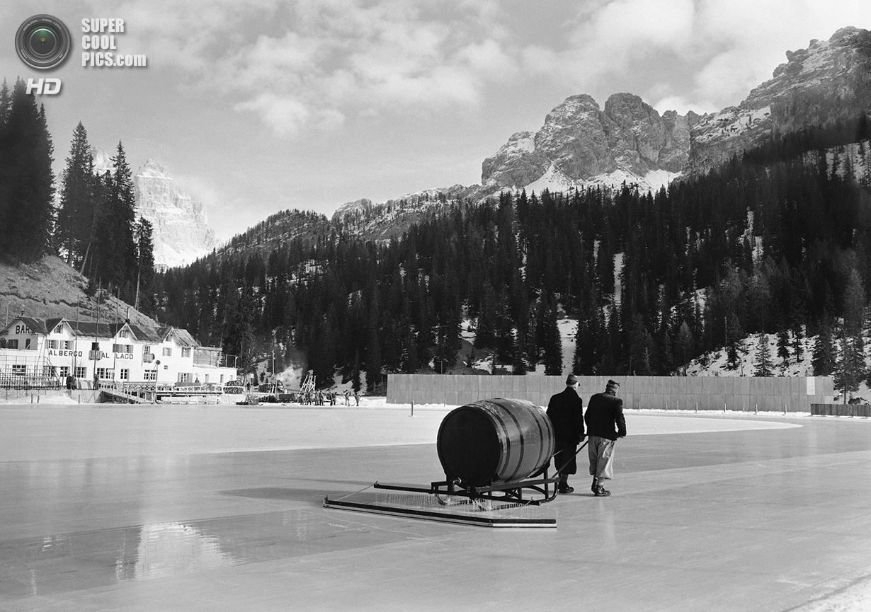 Италия. Кортина-д'Ампеццо, Венето. 13 января 1956 года. Подготовка льда на озере Мизурина для соревн