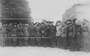 Командующий войсками Петроградского военного округа О.П.Васильковский среди офицеров запасного батальона Егерского полка.