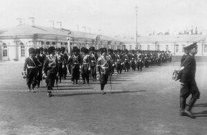 Первая Уральская его величества сотня полка на плацу перед Большим Екатерининским дворцом с Андреевской  юбилейной лентой для знамени во время парада.