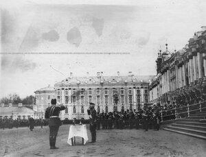 Император Николай II принимает парад 1-го стрелкового батальона у Екатерининского дворца.