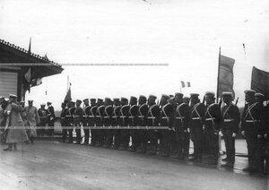 Почетный караул полка на пристани.