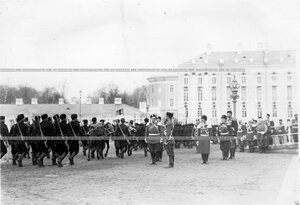 Подразделения проходят маршем мимо принимающего парад императора Николая II.
