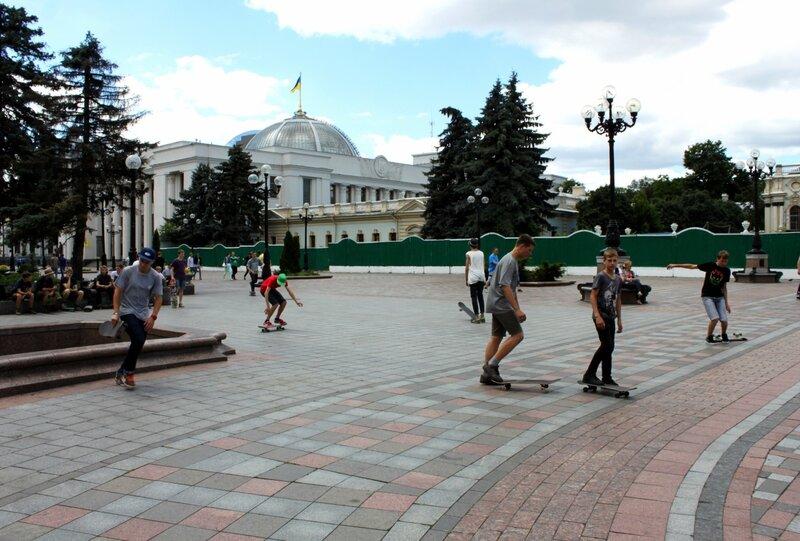 Скейтеры на площади Конституции