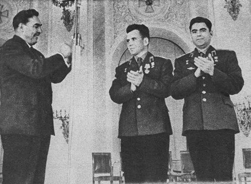 Леонид Ильич Брежнев поздравляет А. Г. Николаева и П. Р. Поповича с высоким званием Героя Советского Союза.