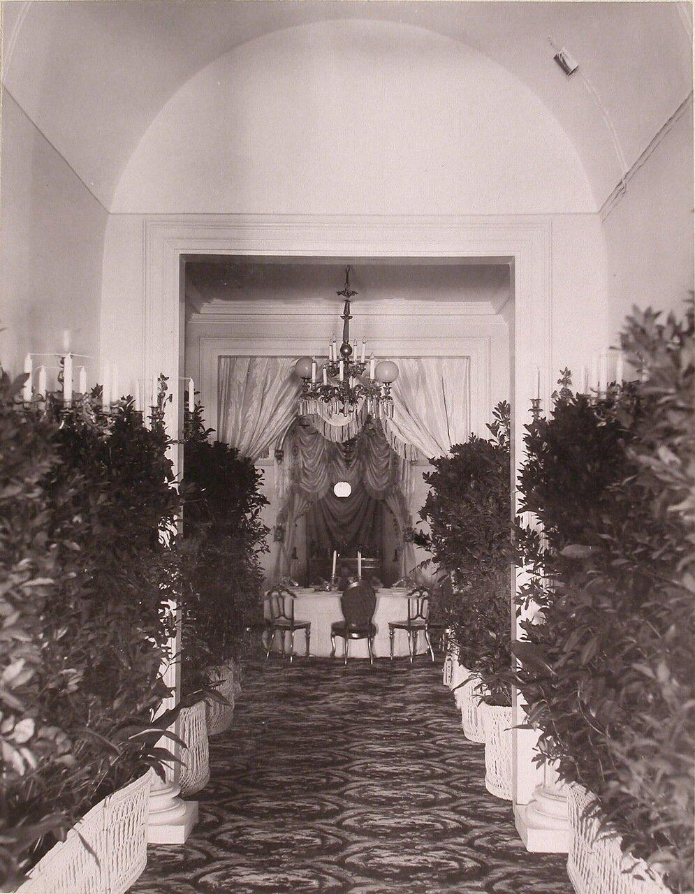 Вид накрытого к праздничному ужину стола в одном из помещений Благородного (Дворянского) собрания (в дни коронационных торжеств)
