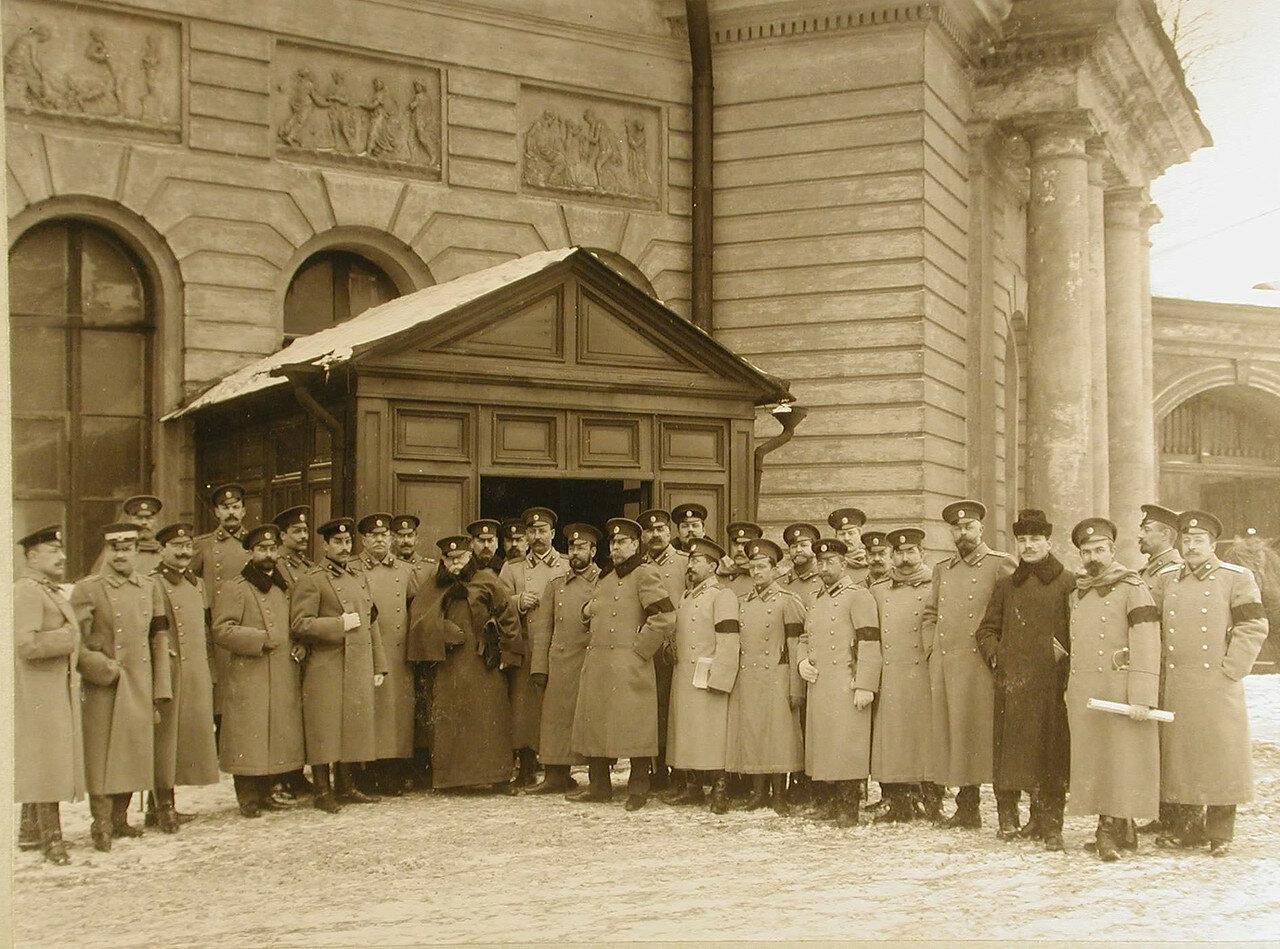 07. Группа офицеров у здания курсов