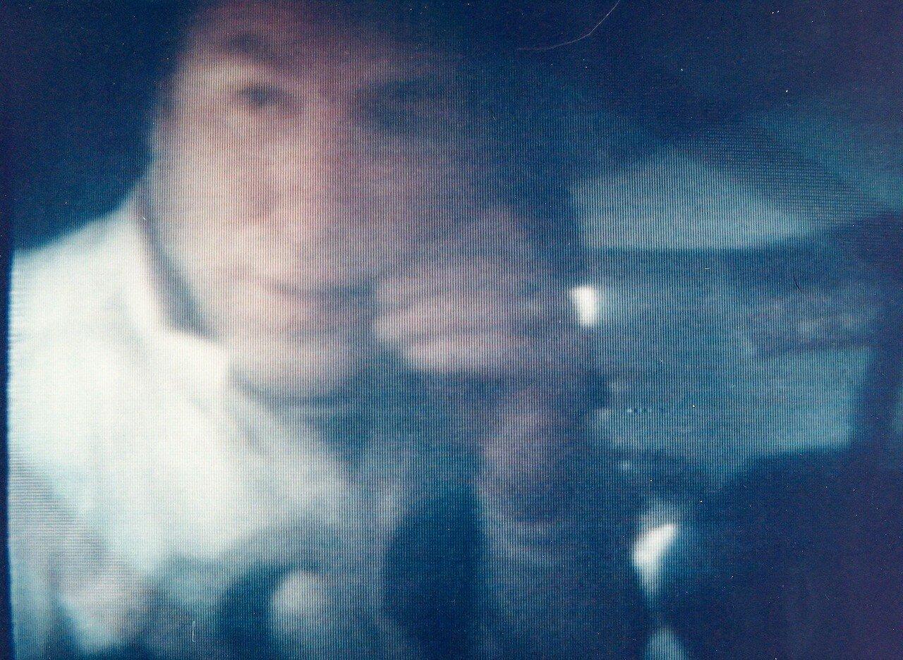 Вечером (в 20:24 по времени Хьюстона) 13 апреля 1970 года, экипаж вёл репортаж для телезрителей, знакомя их с кораблем и своим бытом. Было принято решение дождаться окончания репортажа, чтобы перемешать кислород и восстановить показание датчика