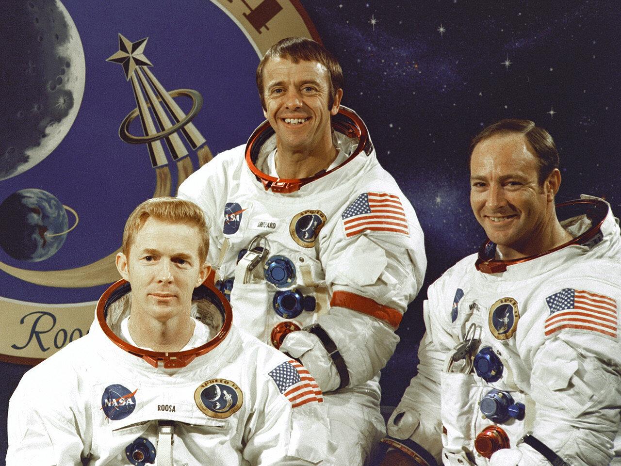 Экипаж корабля Аполлон-14. Командир — Алан Шепард.Пилот командного модуля — Стюарт Руса.Пилот лунного модуля — Эдгар Митчелл