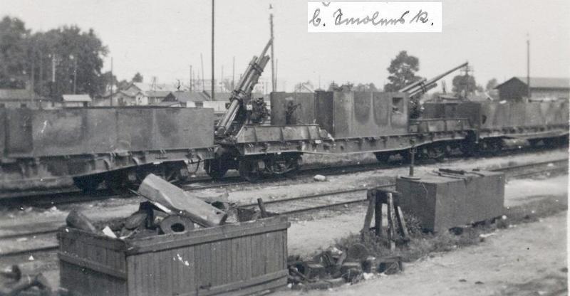 Брошенные в Смоленске броневагоны с зенитными пушками.