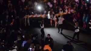 Тысячи людей пели песни для больной девочки