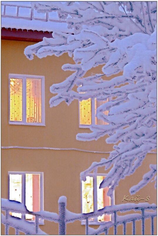 Синий зимний вечер и солнечные окна...